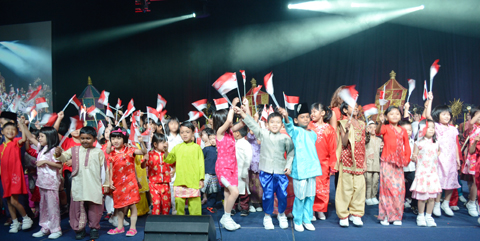 Eighty children take the stage to welcome IFLA delegates to Singapore. They represent the 17,000 youngsters enrolled in a national reading program. Photo by Carlon Walker
