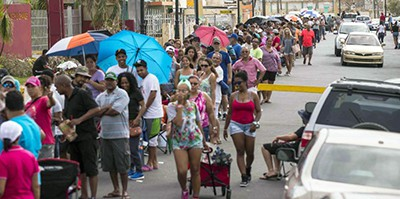 Hundreds of people line up to buy an ice pack at Los Paraos Liquor Store in Rio Grande, Puerto Rico. Photo by Ramón Tonito Zayas / El Nuevo Día
