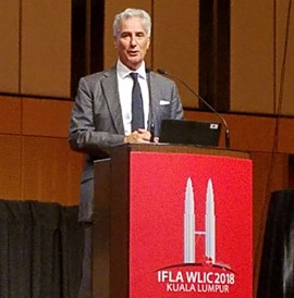 IFLA Secretary General Gerald Leitner welcomes first-time IFLA delegates at the Newcomers session.