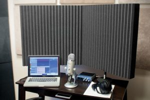 DeskMAX's two stand-mounted panels absorb sound and prevent reverberations during recording.
