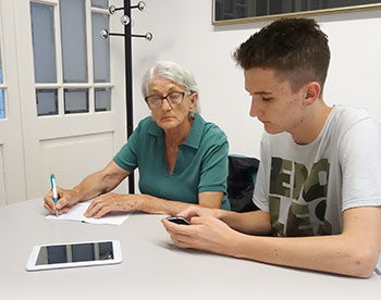 A teen volunteer instructs a senior on smartphone use at Fran Galović Public Library. Photo: Fran Galović Public Library