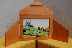 A wooden kamishibai box, which contains illustrated cards ((Photo: Geo1208)